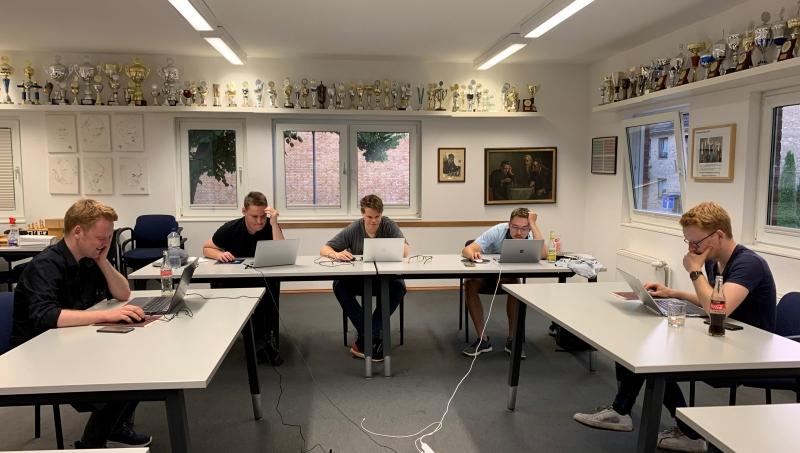 """Die zweite Hälfte des """"Vor-Ort-Teams"""": Julian Grötzbach, Felix Ihlenfeldt, IM Malte Colpe, Stefan Schnock und Daniel Grötzbach. Foto: Eva Maria Zickelbein"""